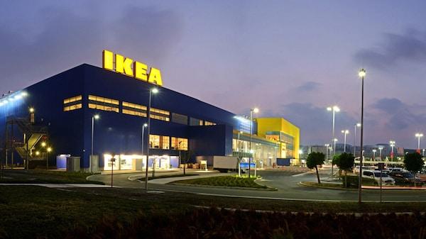 Budova IKEA Bratislava s parkoviskom v popredí.