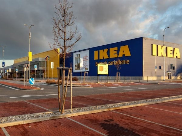 Budova IKEA Bratislava s parkoviskom v popredí