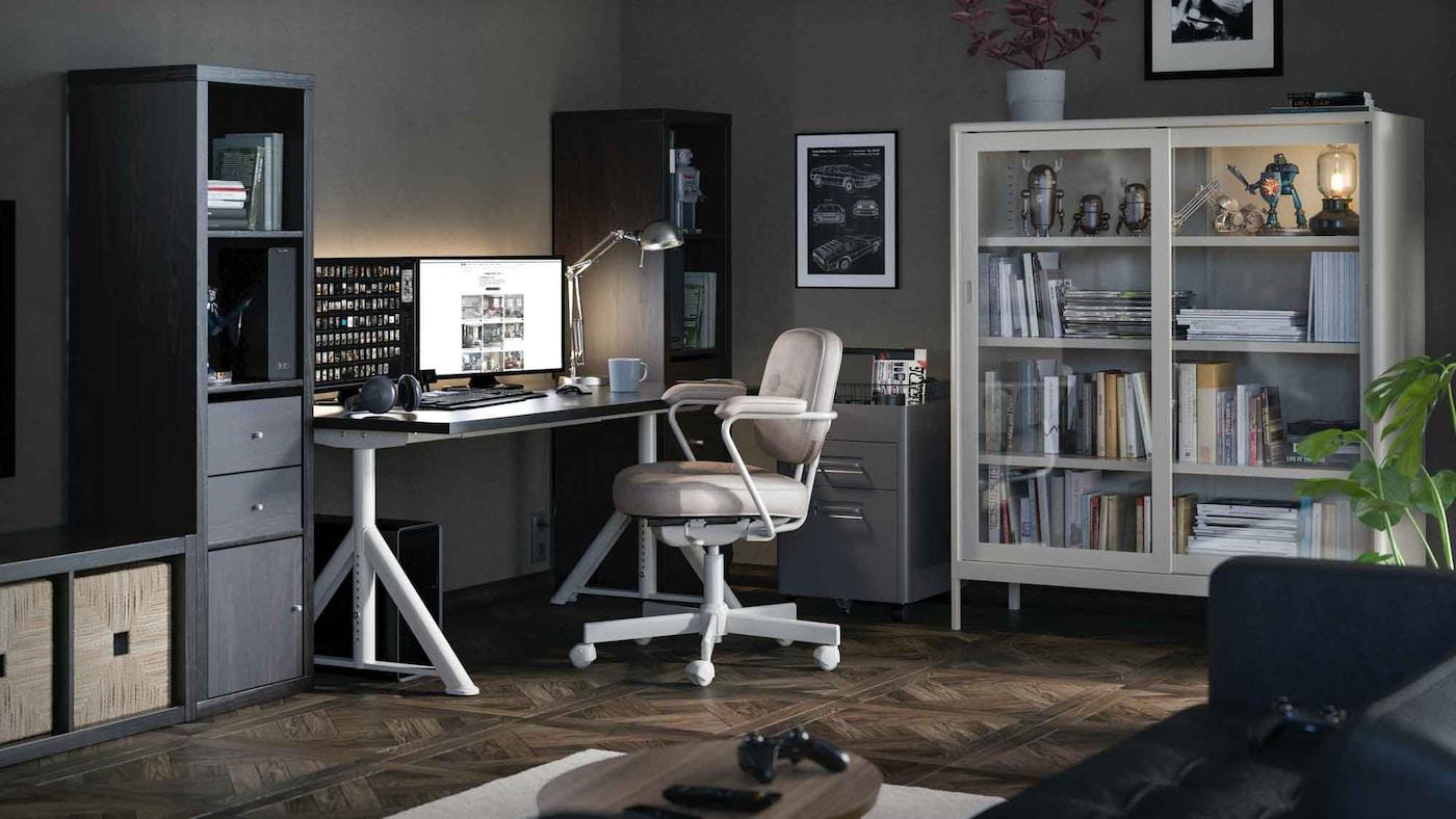 Büro mit diversen IKEA Arbeitsplatz Möbeln wie z.B. dem Schreibtisch IDÅSEN und dem Schreibtischsessel ALEFJÄLL