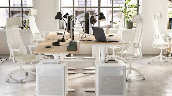 Büro mit hellen Büromöbeln als Büroeinrichtung