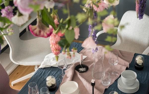 Bürostühle an einem schön gedeckten Esstisch als Sitzgelegenheiten für Gäste.