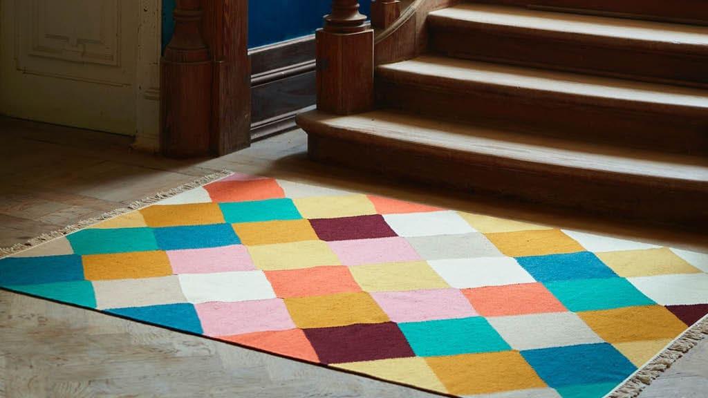 bunter VINDERÖD Teppich vor einer Treppe