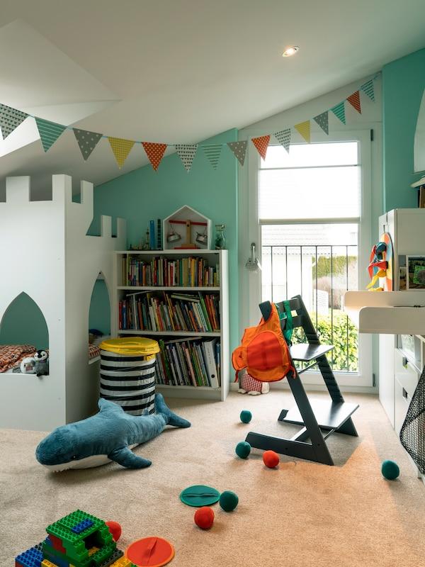 Buntes Kinderzimmer mit vielen IKEA Spielsachen.