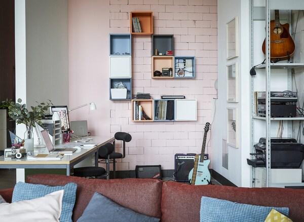 Bureau à la maison avec mur rose.