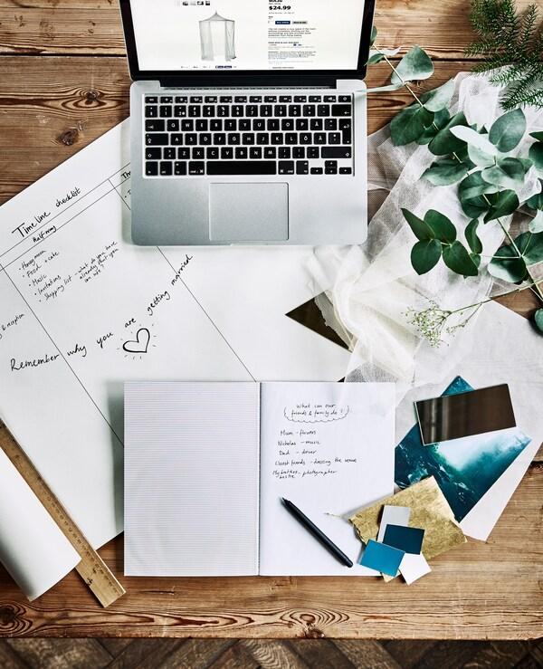Bureau avec ordinateurs, carnets, calendrier de planification et échantillons de tissu, vu d'en haut