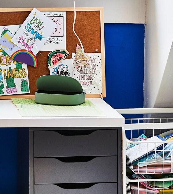 Bureau avec tableau d'affichage et caisson à tiroirs.