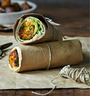 Burrito de albóndega vexetal con aguacate servido en papel de forno e suxeitos cun cordel.