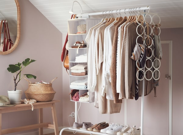 Burro con ropa y accesorios organizados