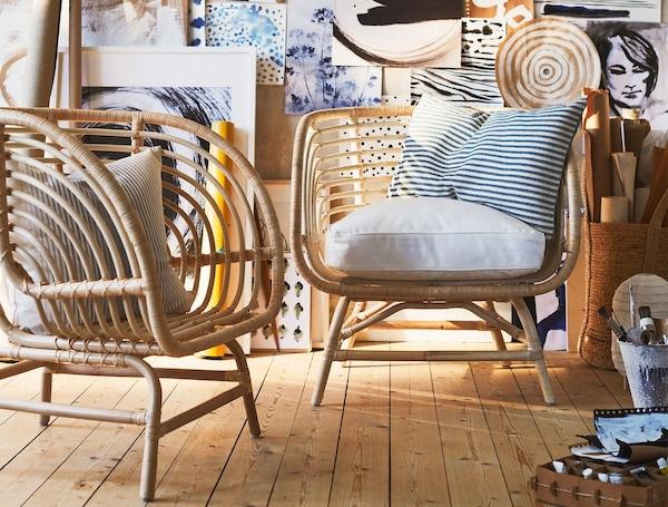 거실 룸셋에 버킷 스타일의 좌석과 네 개의 넓고 낮은 다리의 손으로 짠 라탄으로 만든 두 개의 BUSKBO 부스크보 암체어가 있어요.