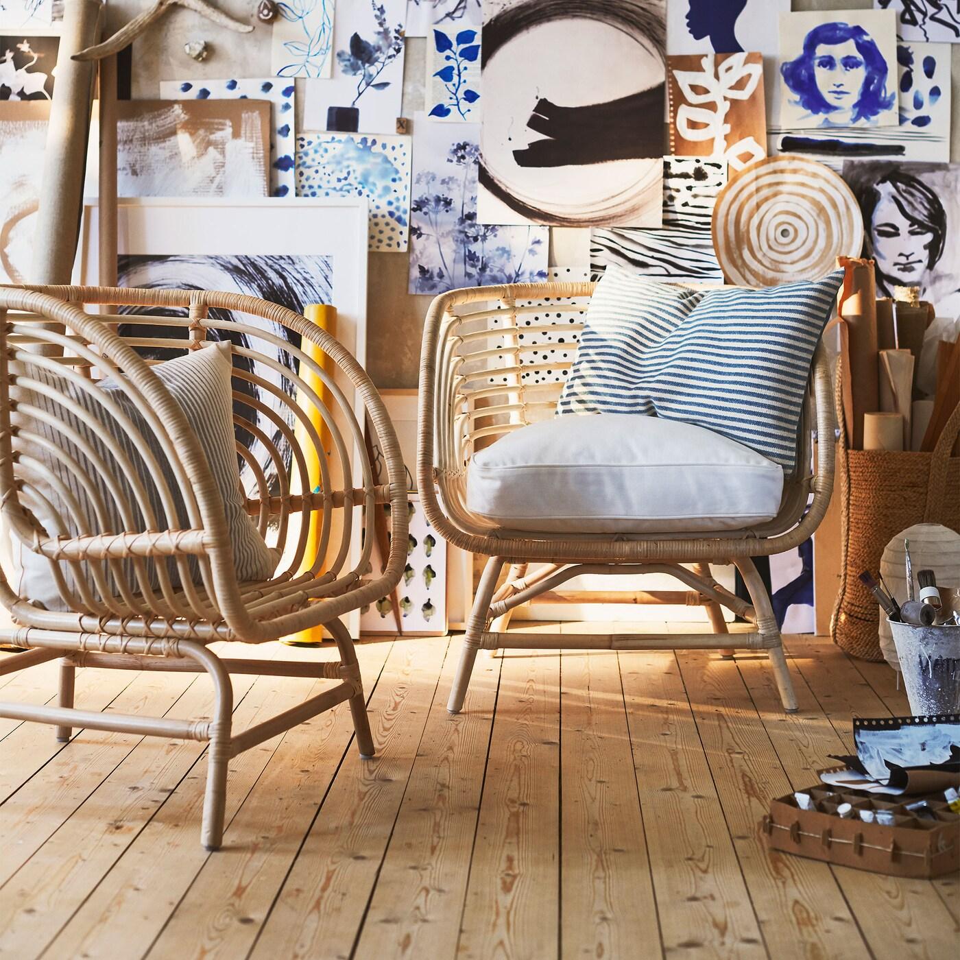 BUSKBO Sessel in Rattan wird von Hand aus Rattan geflochten, hat eine breite, tiefe Sitzfläche und vier breite, kurze Beine. Der Sessel unterstützt einen natürlichen, kunterbunten Look.
