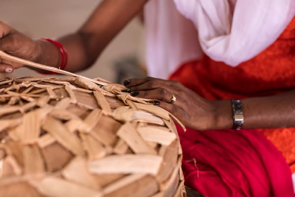 An artisan weaving a banana fiber basket with an irregular new weave for the ANNANSTANS collection.