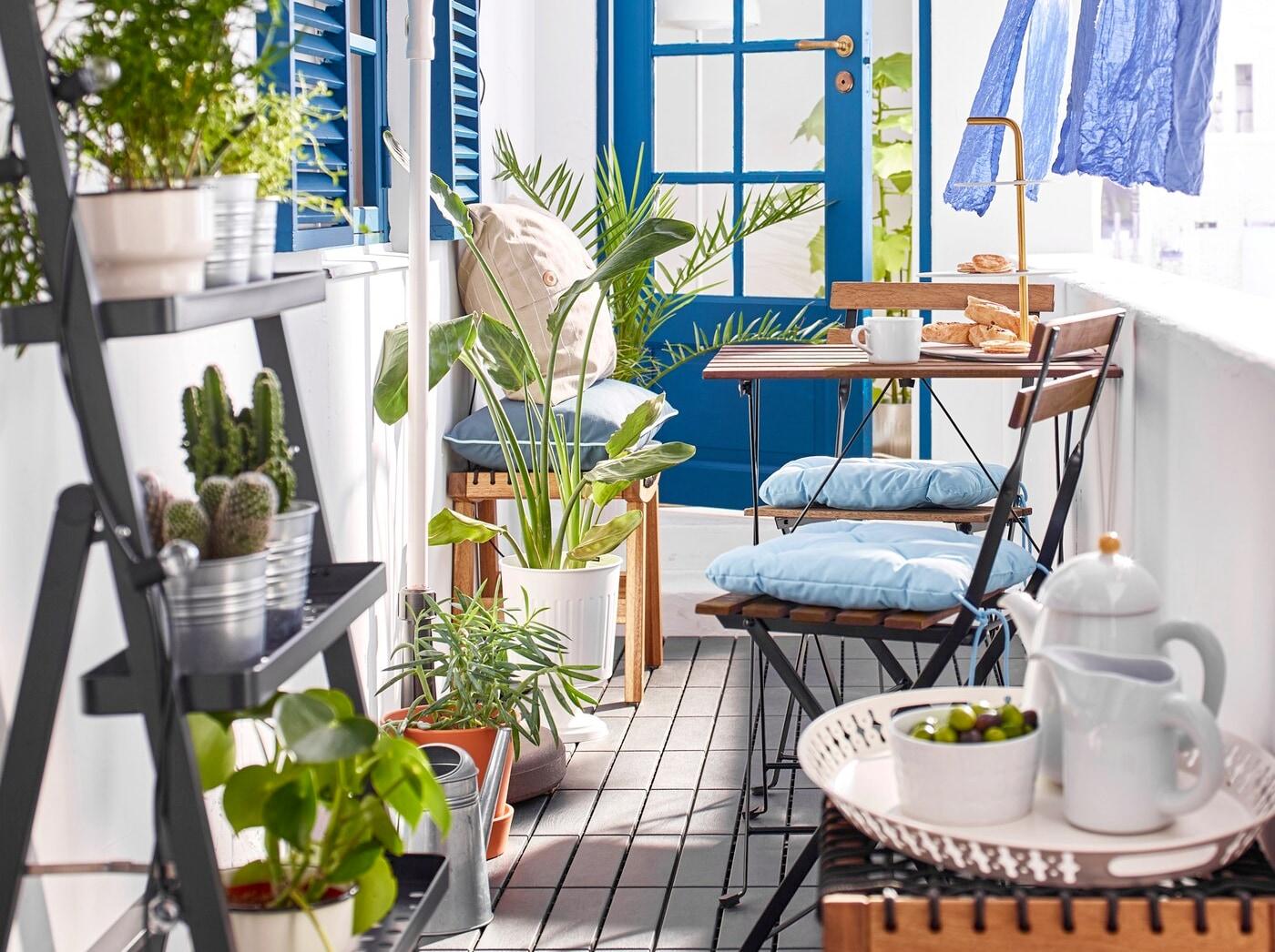 Un petit balcon étroit et privé