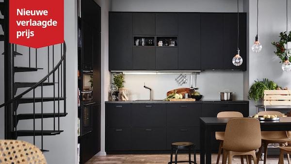 Een zwarte KUNGSBACKA keuken in een hoek met een grijze wand