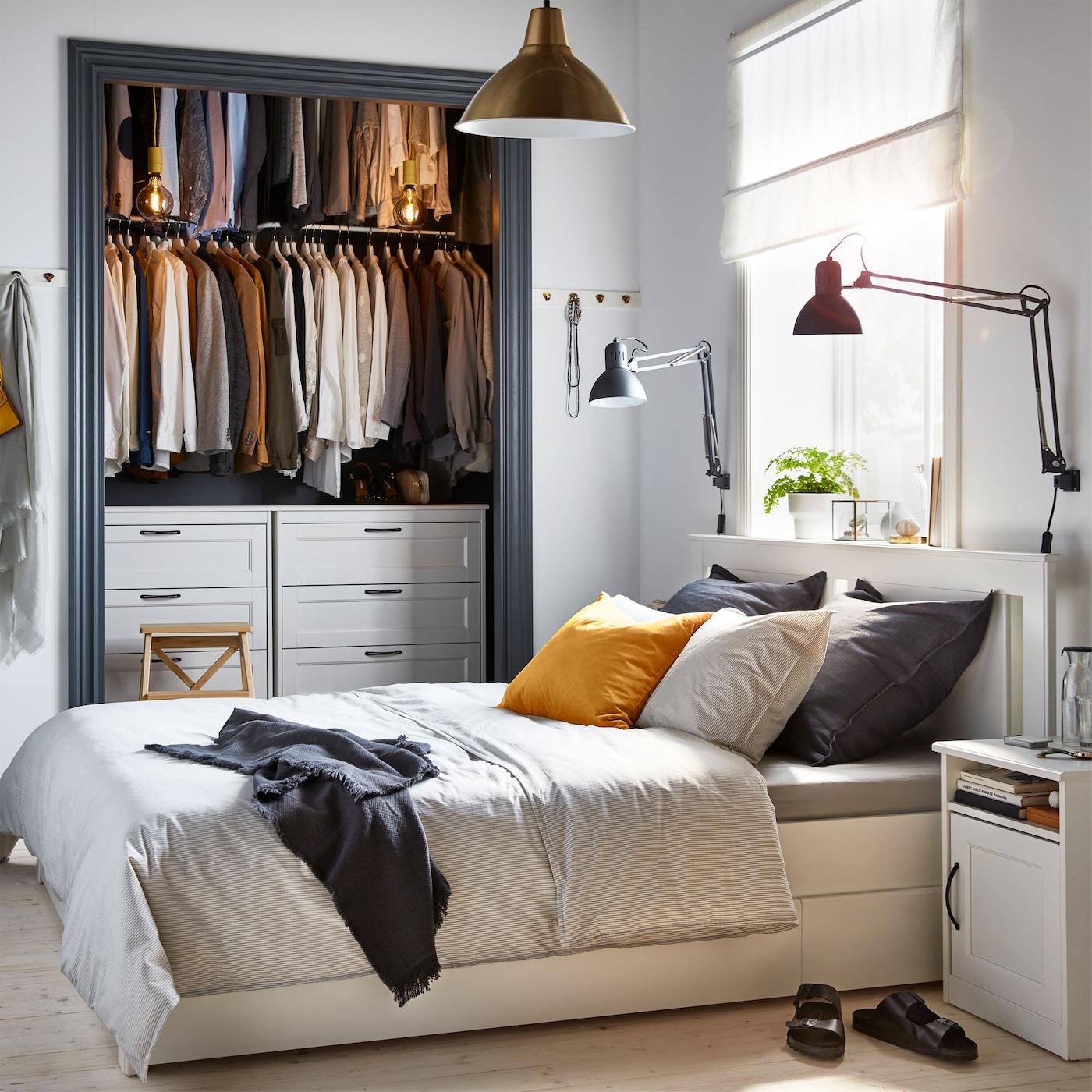 Cadrul alb pentru pat SONGESAND de la IKEA, cu 4 cutii de depozitare, reprezintă soluția perfectă 2 în 1 pentru un dormitor mic.