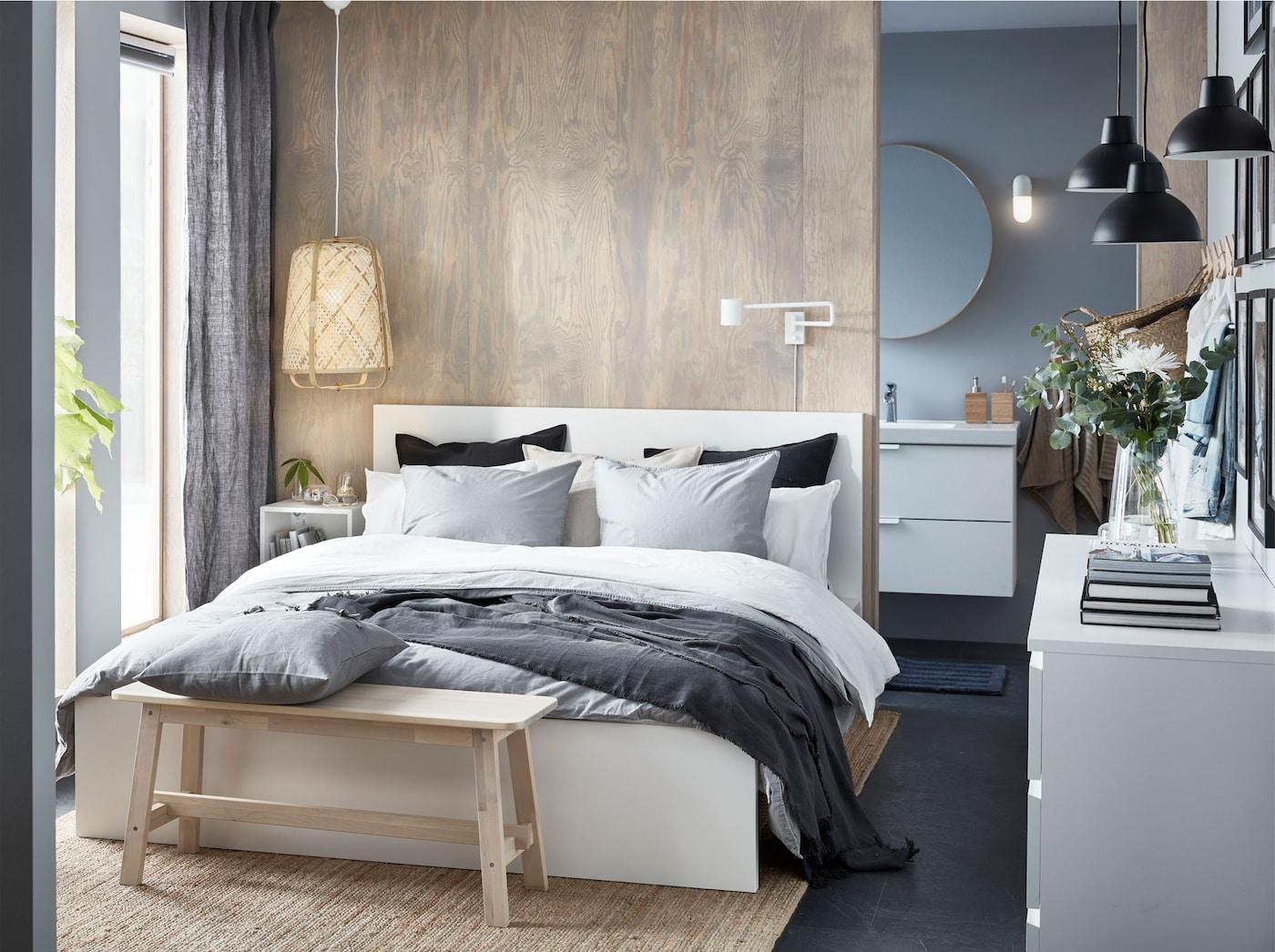 Cadrul pentru pat MALM, alb, înalt, de la IKEA, are un design simplu și frumos de oriunde l-ai privi - așază patul în mijlocul camerei sau cu tăblia lângă perete.