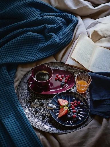Café y desayuno en cama servido en una bandeja.