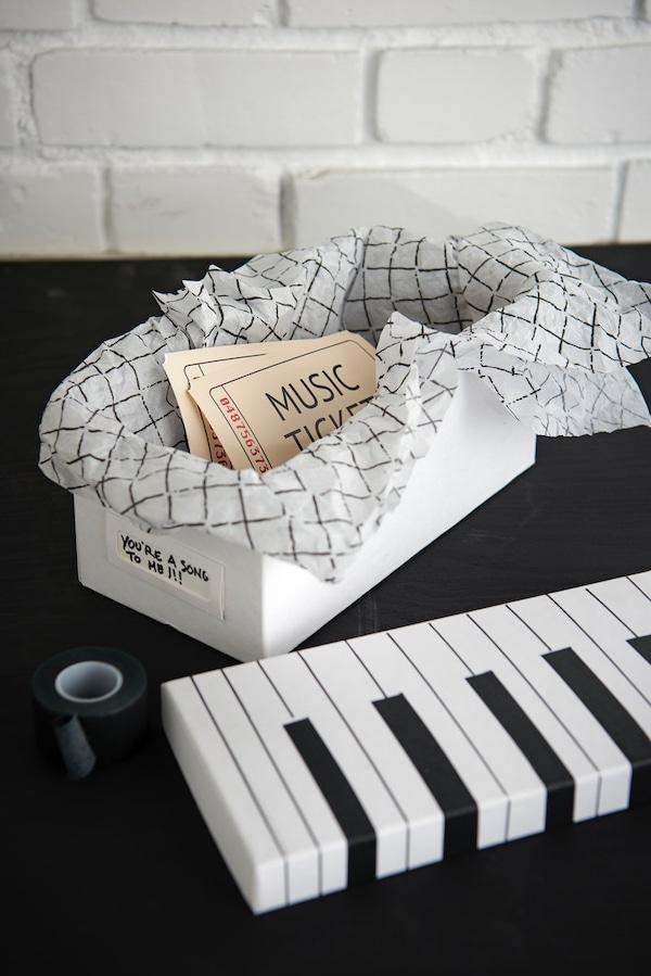 Caja reutilizada para regalar entradas de concierto