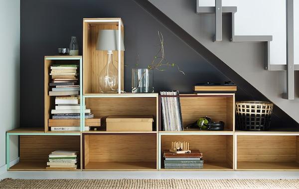 Cajas de almacenaje de IKEA apiladas debajo de una escalera