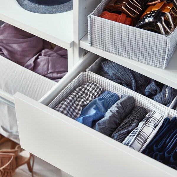 Cajones divididos con cajas para guardar ropa interior
