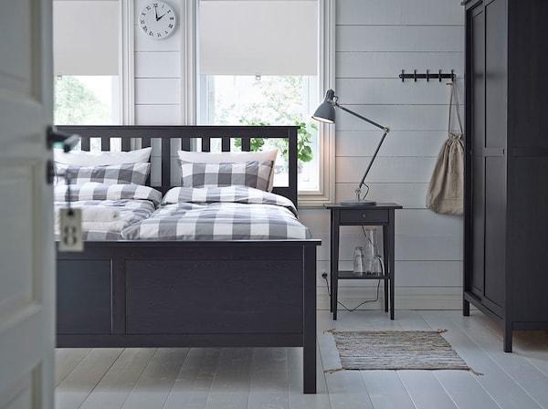 Camera con letto matrimoniale, comodini e guardaroba, tutto in marrone-nero - IKEA
