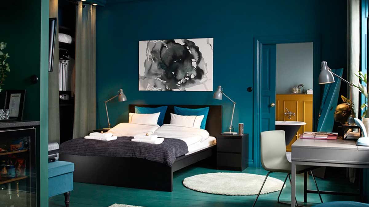 Camera con letto matrimoniale marrone-nero e cassettiere usate come comodini – IKEA