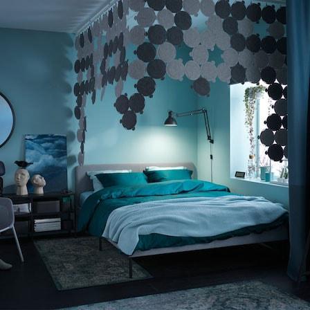 Camera da letto con tessili verdi e blu, pannelli fonoassorbenti e tappeti confortevoli – IKEA