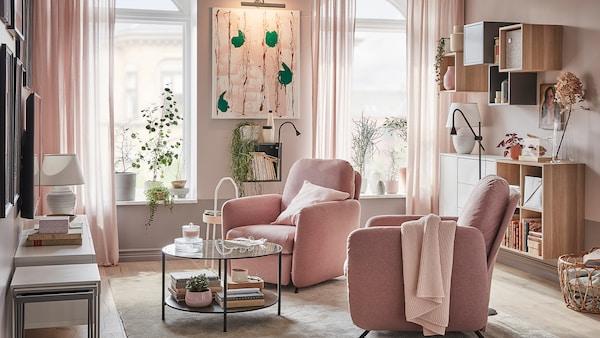 Cameră de zi cu două fotolii rabatabile extensibile EKOLSUND cu huse GUNNARED maro deschis/roz, în fața ferestrelor prin care pătrunde lumina.