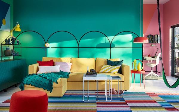 Canapé 3 places VIMLE en jaune soleil dans un salon coloré en vert, rouge, jaune et rose.