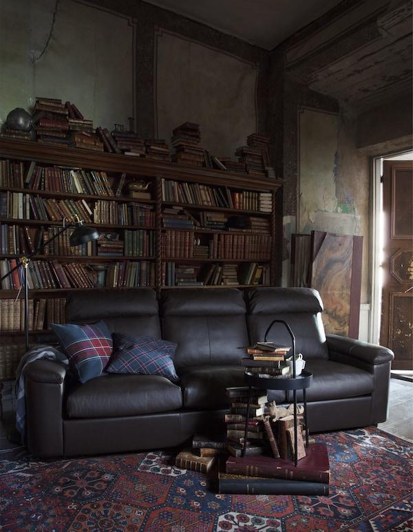Canapé en cuir dans une bibliothèque.