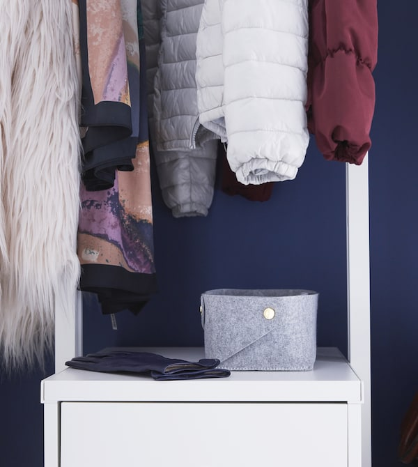 Can't build outwards in your small hallway? Build upwards instead! Attach IKEA ELVARLI open storage to the ceiling. Keep your belongings in baskets such as PUDDA in grey. This makes it easier to stay organised and find what you're looking for.