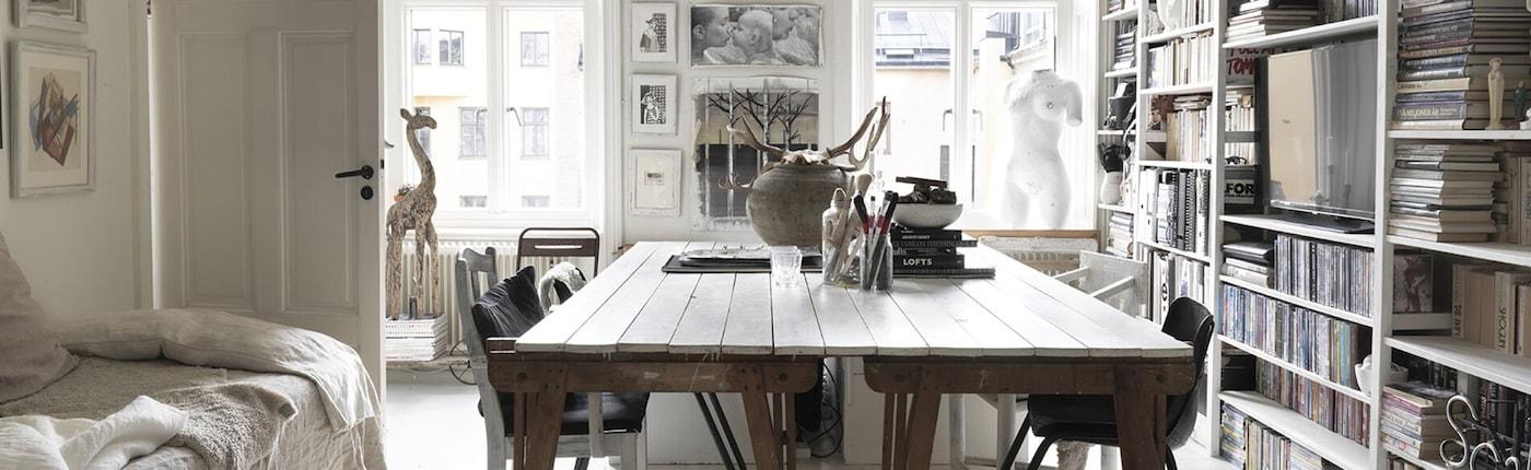 Carola's huis is als een monochrome schatkist voor haar en haar dochter. Ondanks het kleine formaat is het interieur gevuld met dingen die ze hebben verzameld en mooi hebben uitgestald. Kijk de kunst af en ontdek hoe zij haar bijzondere collecties in haar interieur heeft verwerkt.