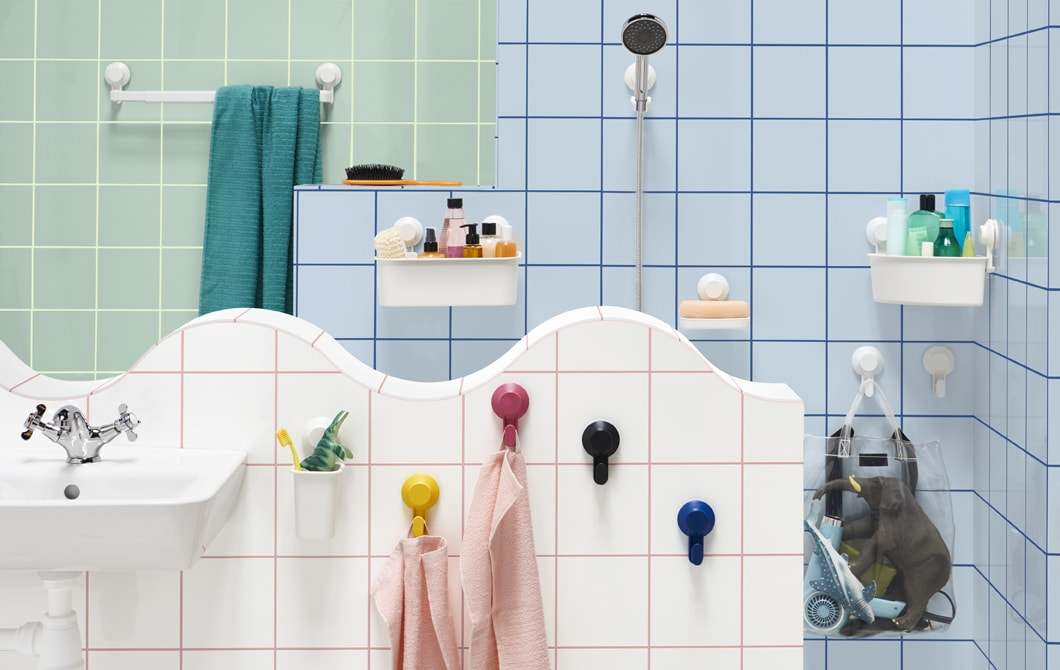 Casa de banho com toalheiro, suporte para chuveiro, saboneteiras, ganchos e caixas colocados na parede.