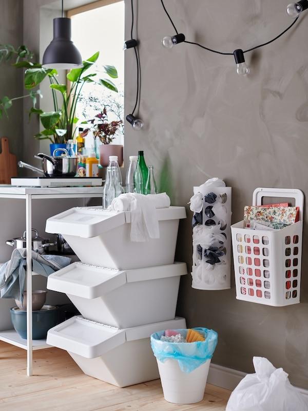 Cassetto con divisorio bianco contenente posate, spezie e accessori per la tavola - IKEA