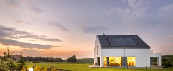 Oostwest georiënteerd huis met zonnepanelen op het dak