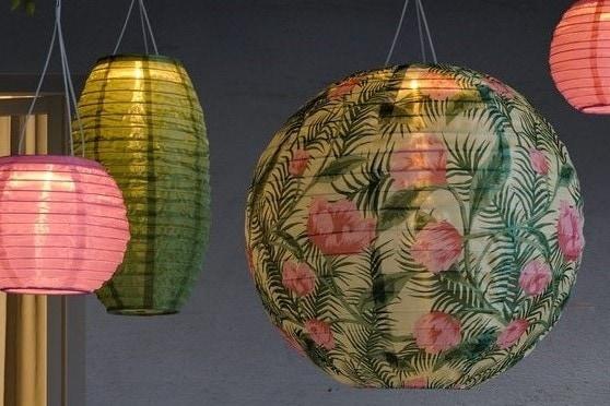 Sommerliche Lampions als Dekobleuchtung im Garten in grün und pink.