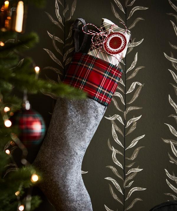 Célèbre les fêtes comme autrefois avec un magnifique emballage et les étiquettes cadeaux IKEA VINTER.