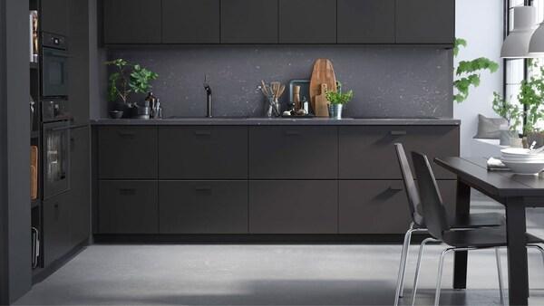 Černá kuchyňská linka KUNGSBACKA jsou vyrobená z recyklovaného dřeva potaženého fólií z recyklovaných PET lahví.