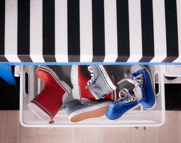 Ces paniers, qui coulissent sous le banc, servent de rangement aux chaussures