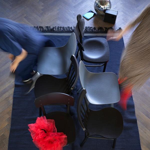 Chaises rassemblées pour une partie de chaise musicale en famille.