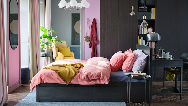 Chambre à coucher avec lit MALM, linge de lit coloré et grande armoire penderie PAX/FORSAND