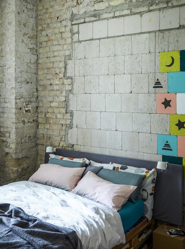 Chambre à coucher avec mur en briques apparentes.