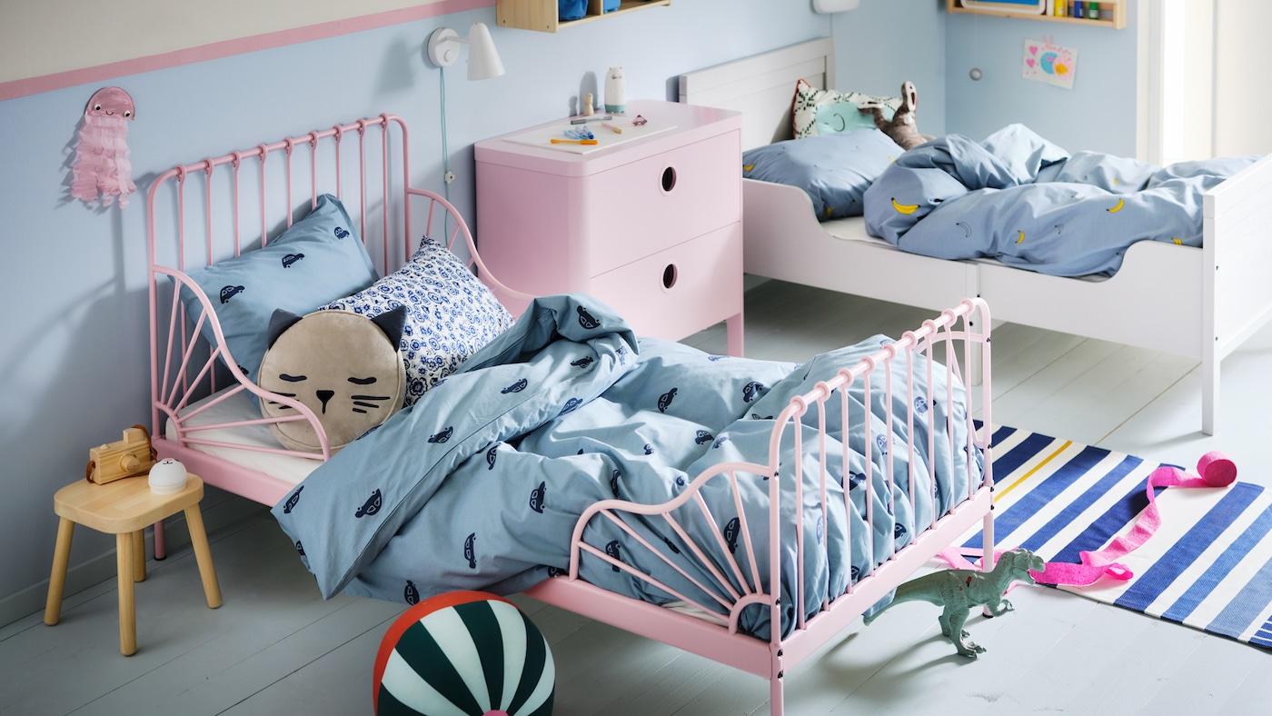 Chambre à coucher d'enfant avec lit extensible MINNEN rose clair et lit blanc habillé de linge de lit bleu VÄNKRETS et BARNDRÖM.