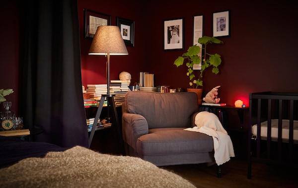 Chambre à coucher tard le soir, avec lumières tamisées.