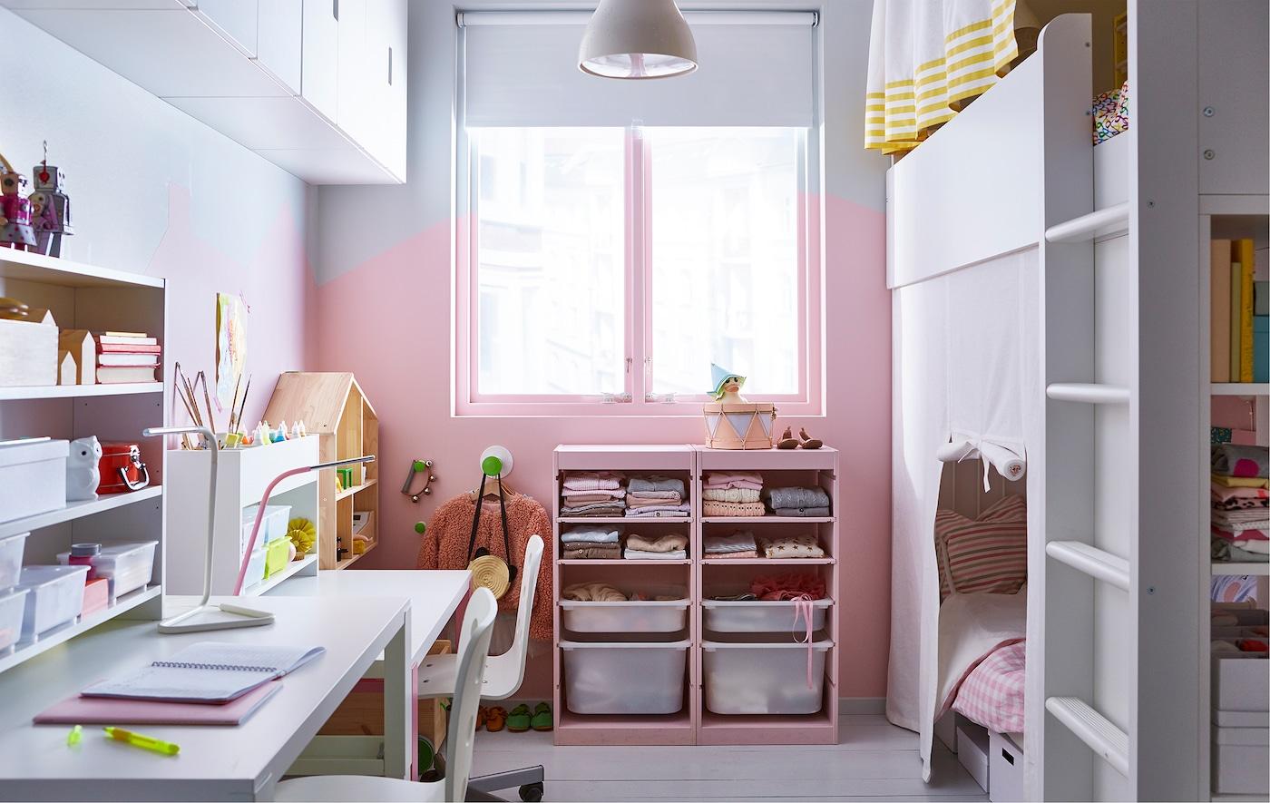 Chambre d'enfant partagée avec lits superposés, rangements et deux bureaux.