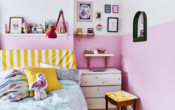 Chambre rose ponctuée d'accents jaunes.