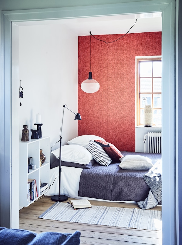 Chambre rouge, blanche et bleue.