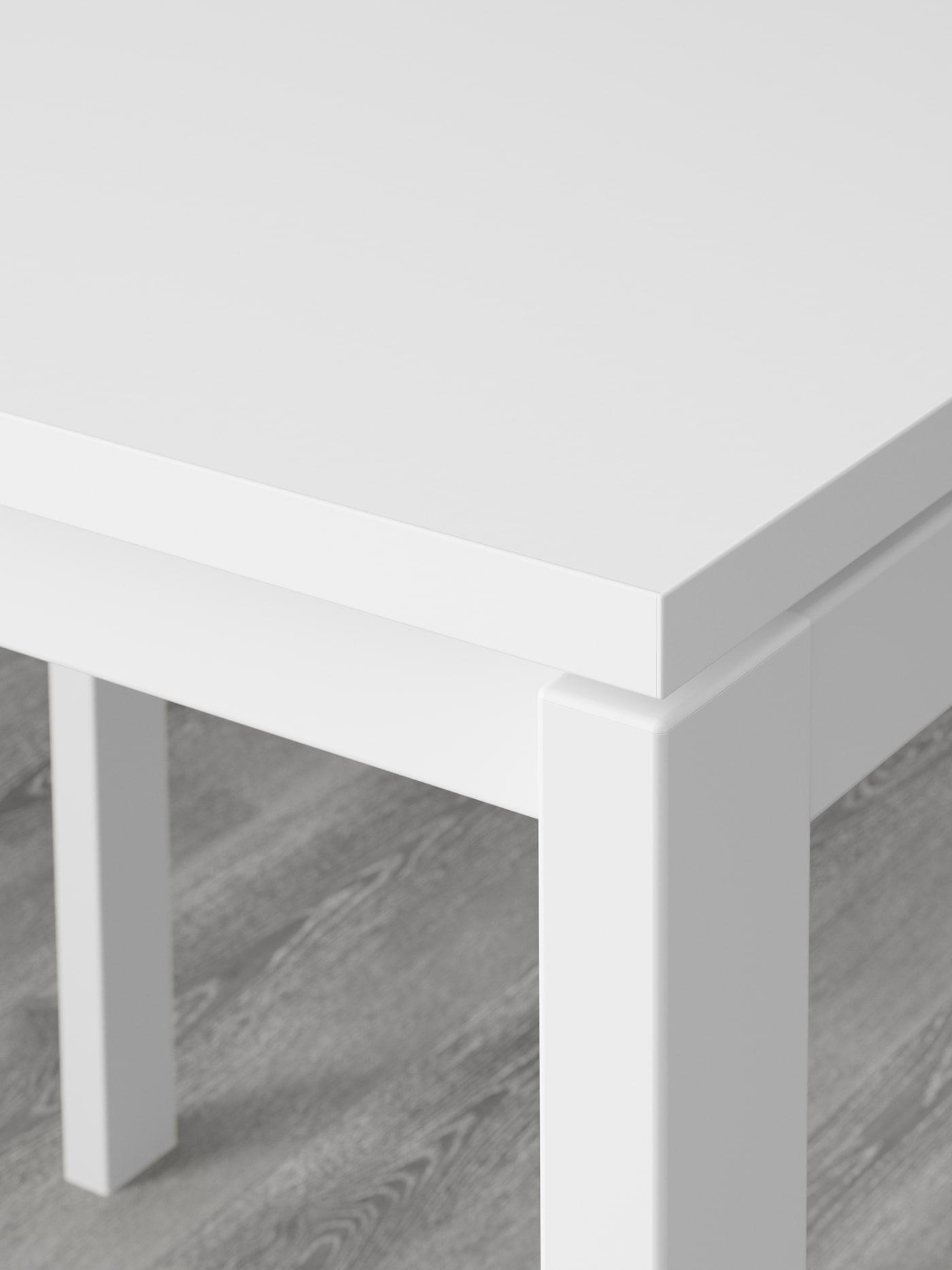 Часть белой столешницы МЕЛЬТОРП из прочного меламина.