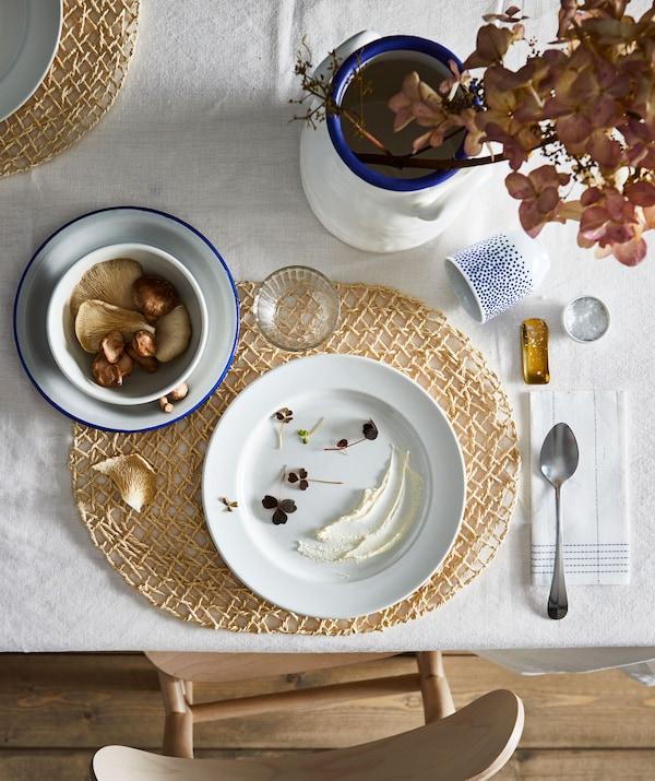 Часть обеденного стола со стильной сервировкой на одного. Отдельно стоит отметить гармоничные цвета, формы и аксессуары.