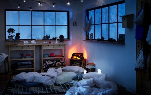 Chata s matracmi na zemi na príležitostné prenocovanie a osvetlením LED.