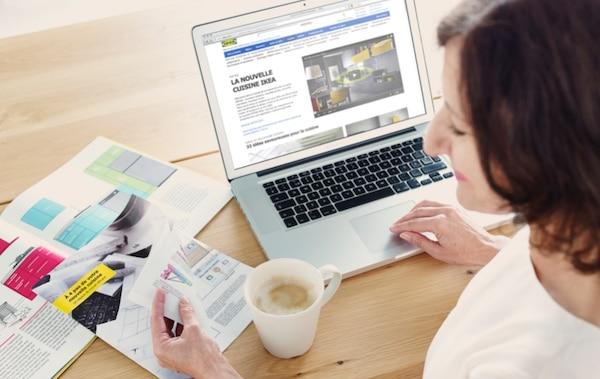 Chica comprando online con el portátil